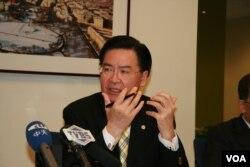 台湾民进党驻美代表吴钊燮。(美国之音 钟辰芳拍摄)
