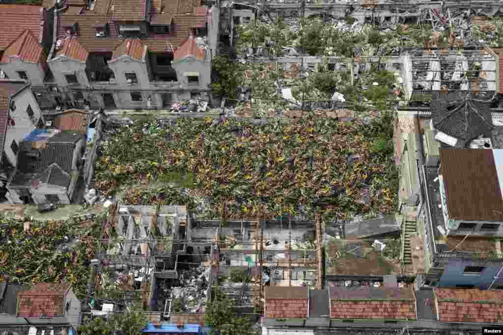 """2018年7月8日,在上海部分拆除的房屋废墟中,堆积着各种自行车共享服务公司的自行车。""""高铁、扫码支付、共享单车和网购""""被列为中国的""""新四大发明"""",2017年5月由""""一带一路""""沿线20国青年评出。这项民间调查是北京外国语大学丝绸之路研究院做的,以配合北京举行的""""一带一路""""国际合作高峰论坛。但是中国《科技日报》总编刘亚东6月21日在北京科技会堂说,官媒所称的""""新四大发明""""是""""忽悠领导和民众"""",夸大中国的科技成就,误国害民。他还说,标榜中国科技世界第一,是自欺欺人。"""