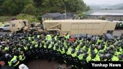 26일 오전 경북 성주군 성주골프장으로 사드(THAAD·고고도미사일방어체계) 관련 장비를 실은 트레일러가 들어가고 있다.