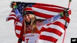美国著名滑雪选手米凯拉·席弗琳在平昌冬奥会高山滑雪女子大回转比赛中获得冠军后展示美国国旗(2018年2月15日)