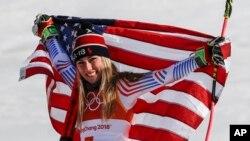 Mikaela Shiffrin, de EE.UU. celebra su medalla de oro eslalon gigante en los Juegos Olímpicos de PeyongChang, Corea del Sur, el jueves, 15 de febrero de 2018.