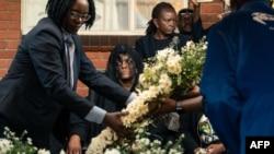 , Grace Mugabe, pene na sanduku ya nkondo molongani ya nkondo Robert Mugabe, mokonzi ya kala ya Zimbabwe, yambo ya bokundami ya mowei na Kutama, 28 septembre 2019.