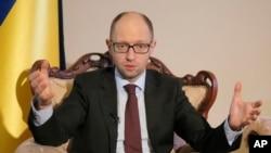 Perdana menteri sementara Ukraina Arseniy Yatsenyuk berbicara dengan wartawan di Kyiv (5/3). (AP/Efrem Lukatsky)