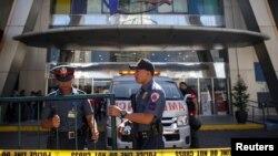 Police menutup kompleks perbelanjaan Virra di San Juan City, Filipina, menyusul insiden penembakan di mal tersebut, 2 Maret 2020.