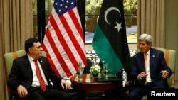 Le Premier ministre libyen Fayez al-Sarraj dans un entretien avec le secrétaire d'Etat John Kerry à Vienne (16 mai 2016)