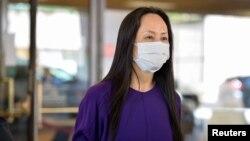 资料照:华为首席财务官孟晚舟走出温哥华一家法庭。 (2021年8月18日)