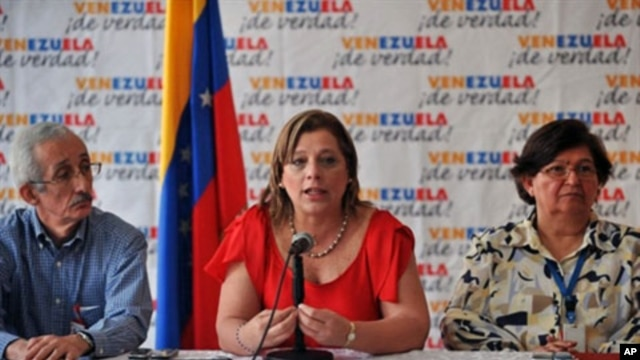 Venezuela's Health Minister Eugenia Sader (C), accompanied by Vice-Minister Miriam Moran (R) and another health official, offers a press conference regarding the cholera cases in the country and the emergency plan activated in order to prevent the disease