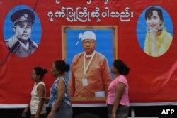 ບັນດາຍາດຕິພີ່ນ້ອງ ແລະຜູ້ເຫັນໃຈພາກັນເຕົ້າໂຮມກັນຢູ່ຂ້າງນອກຄຸກ Insein ໃນນະຄອນ Yangon ທີ 8, 2016.
