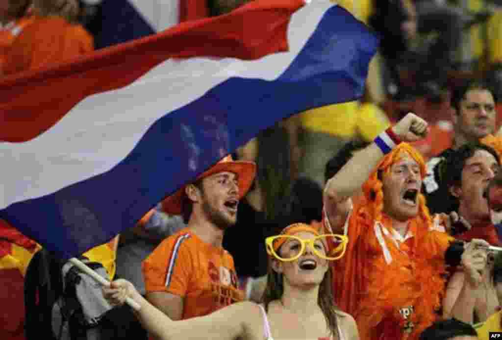 Болельщики Нидерландов во время матча с Бразилей на стадионе «Нельсон Мандела Бэй» в Порт-Элизабет, Южная Африка. Пятница, 2 июля, 2010г. Нидерланды победили со счетом 2-1. (Фото АП / Мэтт Данхем)