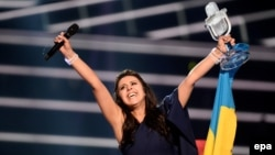 지난 14일 스웨덴 스톡홀롬 시에서 열린 국제 가요제 '유로비전'에서 대상을 차지한 우크라이나의 유명 가수 자말라가 우승 트로피를 높이 들고 있다.