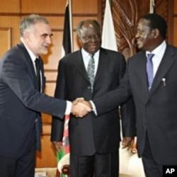 Kenyan President Mwai Kibaki (C) and Kenyan PM Raila Odinga (R) greeting the Chief Prosecutor for the International Criminal Court, Luis Moreno-Ocampo (L), ahead of their meeting in Nairob, 05 Nov 2009