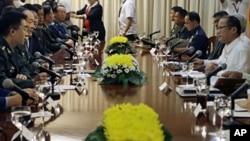 2011年5月23号,菲律宾总统阿基诺(右)和中国国防部长梁光烈(左2)在马尼拉举行会谈。