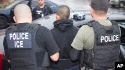La ley permite que se presenten cargos penales a funcionarios del condado o municipales que se rehúsen intencionalmente a cooperar con las autoridades federales que tratan de deportar a inmigrantes.