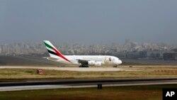 ایمریٹس ایئر لائنز کا ایک دو منزلہ طیارہ اے 380 بیروت ایئر پورٹ پر اتر رہا ہے۔ 29 مارچ 2018