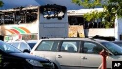 Взорванный туристический автобус (слева на заднем плане). Бургас, Болгария. 18 июля 2012 г.