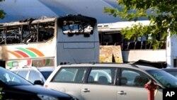 Bus yang hancur akibat ledakan bom bunuh diri hari Rabu terlihat di bandara kota Burgas, dekat Laut Hitam, Bulgaria.