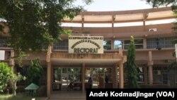 Le siège du rectorat de l'université de N'Djamena, le 12 octobre 2017. (VOA/André Kodmadjingar)
