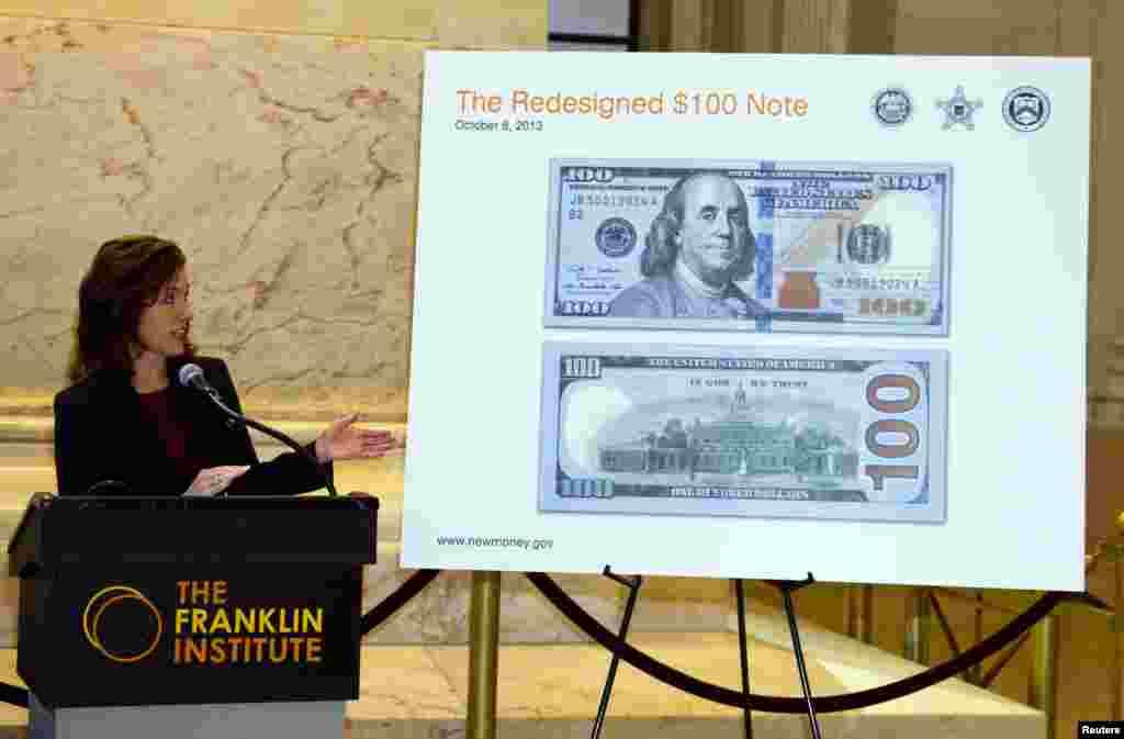 Tờ 100 đô la Mỹ mới ra mắt trong buổi giới thiệu giấy bạc mới tại Đài tưởng niệm Benjamin Franklin ở Philadelphia, bang Pennsylvania, Mỹ. Benjamin Franklin là người có ảnh trên tờ bạc.