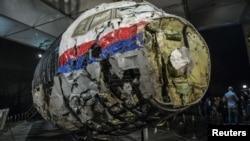 Реконструкція з уламків літака рейсу МН17, що впав на Донбасі