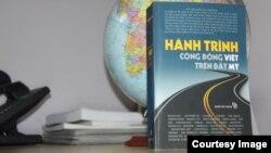 'Hành Trình Cộng Đồng Việt Trên Đất Mỹ' do Người Việt Books xuất bản. (Hình: Triết Trần/Người Việt)