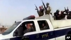 Gambar yang diambil dari video yang dipasang di jaringan media sosial militan memperlihatkan kelompok militan ISIL (Islamic State of Iraq and the Levant) tiba di kilang minyak Beiji, Irak (17/6/2014).