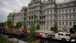 백악관 웨스트윙 앞에 소방차가 출동해 화재 여부를 조사 중이다.