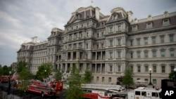赶来救援的消防人员5月11日把消防车停在白宫西翼和艾森豪威尔行政办公大楼之间