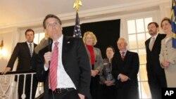 El gobernador de Carolina del Norte, Pat McCrory, quien tenía plazo hasta este lunes para responder al gobierno federal ha presentado su demanda.