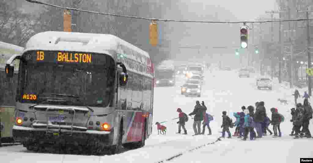 ورجینیا کے علاقے آرلنگٹن میں والدین بچوں کو خود اسکول لے کر جا رہے ہیں ساتھ ہی پولیس نے ولسن بولیورڈ کو برف کی وجہ سے بند کر دیا ہے