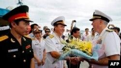 Đại tá Nguyễn Văn Lâm chào đón Đô đốc Carney tại trung tâm thành phố Đà Nẵng, Việt Nam, 15/7/2011
