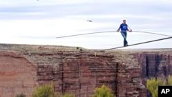 6月23日高空杂技表演者尼克•瓦伦达穿越小科罗拉多河。