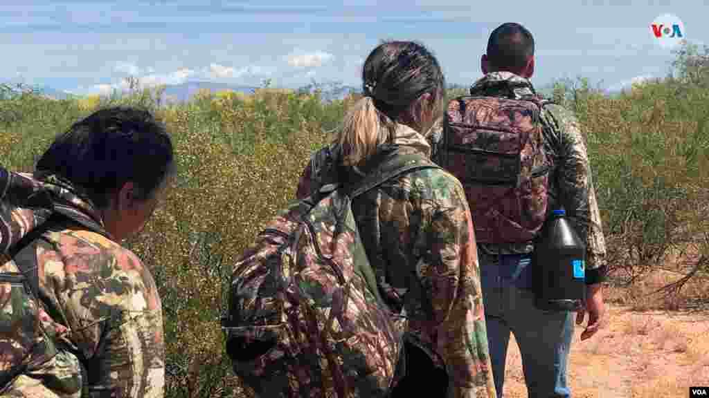Agentes de la Oficina de Aduanas y Protección Fronteriza de los Estados Unidos, o CBP por sus siglas en inglés, enArizona realizaron un simulacro de cómo los migrantes cruzan la frontera entre México y EE.UU.a manos de traficantes.De acuerdo con cifras del Departamento de Seguridad Nacional, se encontraron 109.144 migrantes en abril, la cifra más más alta desde 2007. Photo: Celia Mendoza - VOA.