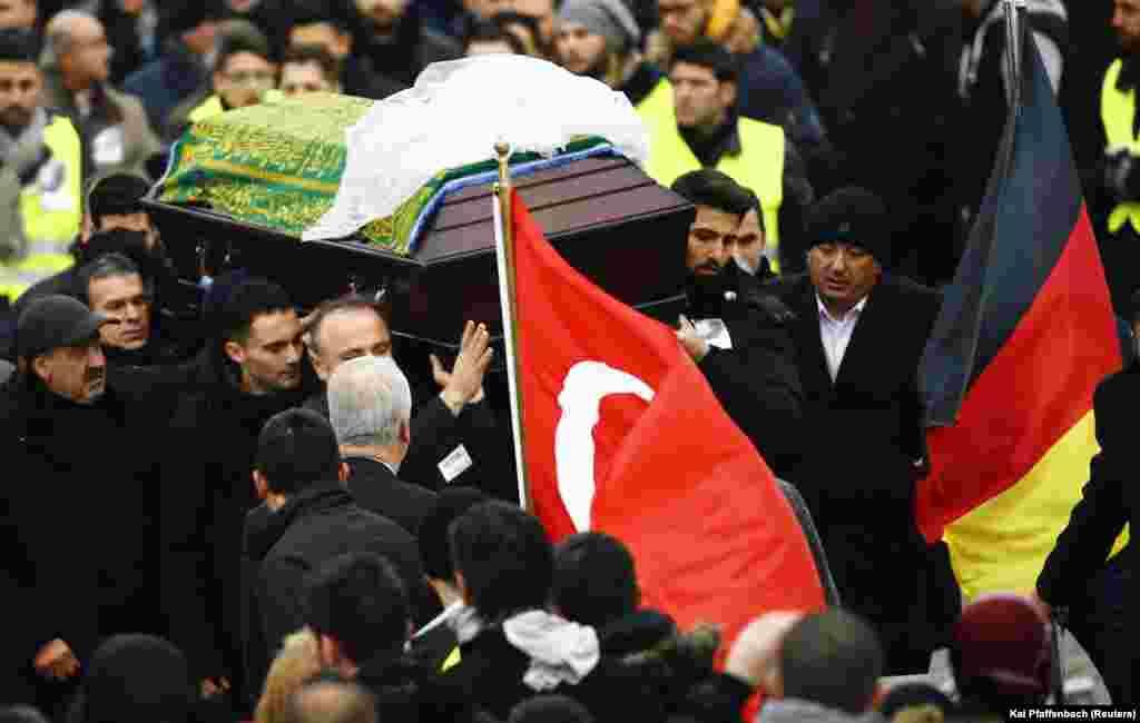 Peti jenazah Tugce Albayrak digotong keluar masjid dalam upacara pemakaman untuk almarhum mahasiswi itu di Waechtersbach (3/12).(Reuters/Kai Pfaffenbach)