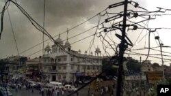 Pemadaman listrik di India bukan hal baru. Penggunaan listrik yang lebih besar dari biasanya di sejumlah negara bagian dinilai sebagai penyebab pemadaman listrik.