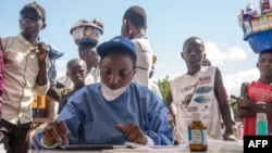 Les infirmières travaillant avec l'Organisation mondiale de la santé se préparent à administrer des vaccins dans la ville de Mbandaka, en RDC, le 21 mai 2018.