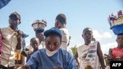 Wauguzi wanaofanya kazi na Shirika la Afya Duniani (WHO) wakitayarisha chanjo ya Ebola Mei 21, 2018.
