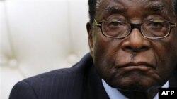 Phương Tây cáo buộc ông Mugabe là vi phạm nhân quyền và gian lận trong cuộc bầu cử Tổng Thống năm 2002 để bảo đảm thắng lợi