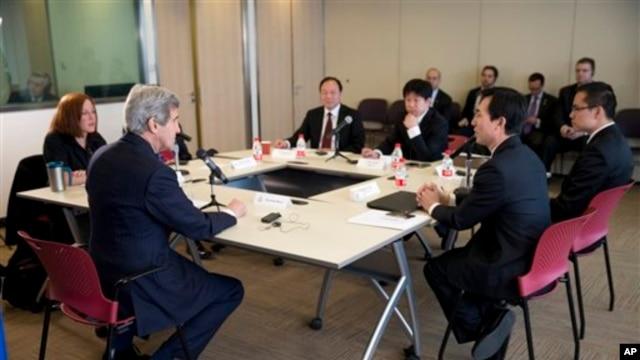 美国国务卿克里(左二)在北京与中国互联网博主举行座谈会,讨论互联网自由、中国与邻国的领土争端以及人权等议题。(2014年2月15日)