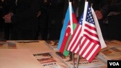 Azərbaycan və Amerika bayrağı