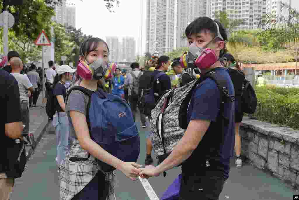 یک زوج اهل هنگ کنگ در میان اعتراضات در این شهر. معترضان در هنگ کنگ به دخالت های چین اعتراض دارند.