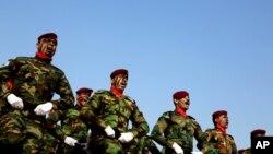 Unit komando polisi Irak dalam peringatan Hari Polisi di akademi polisi di Baghdad 9 Januari 2014.