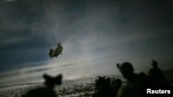 امریکی ہیلی کاپٹر افغانستان میں رات کے فوجی مشن میں حصہ لے رہا ہے۔ (فائل فوٹو)