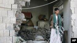 Seorang petugas keamanan Yaman menjaga kediaman Dubes Iran di Sanaa, Yaman pasca serangan bom di sana (3/12).