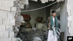 Seorang petugas Yaman tengah berjaga di rum kediaman Dubes Iran di Yaman yang hancur akibat serangan bom mobil di Sanaa, Yaman (3/12).
