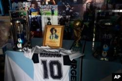 Sebuah altar dengan memorabilia dipajang di Gereja Maradona, San Andres Cholula, negara bagian Puebla, Meksiko, Minggu, 18 Juli 2021. (AP)