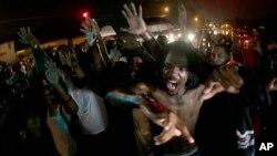 """El FBI investiga al grupo autodenominado """"Las nuevas panteras negras"""" en Ferguson, Missouri, por promover el odio y la violencia."""