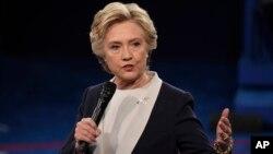 Tercera divulgación de correos electrónicos del director de campaña de Hillary Clinton no revela nada sensacional pero muestra la estrategia contra Bernie Sanders.