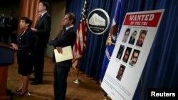 레타 린치 미 법무장관(왼쪽)이 24일 기자회견을 열고, 금융기관과 뉴욕 댐을 해킹한 혐의로 이란인 7명을 기소했다고 발표했다.