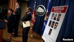 美国司法部长林奇(左)和联邦调查局局长科米(左二)星期四在记者会上宣布指控7名伊朗人对美国金融系统发动网络攻击 (2016年3月24日)