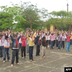 Học sinh trường Bồ Đề tập thể dục